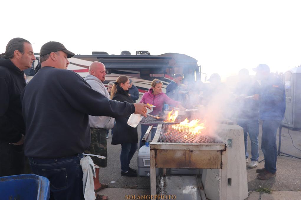 La fameux party 100% Angers Fun lors des manches Super Tour sont toujours très populaire. Ici, nos cooks Albert Jérôme, Rudy Costonaro et André Ballabey qui cuisinent pour les coureurs! © Solange Lefebvre