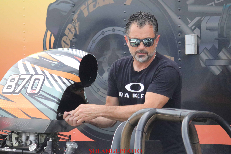 Mike Ogilvie entretient sa flotte de 4 dragsters. Rumeur veut qu'un de plus soit ajouté l'an prochain! © Solange Lefebvre